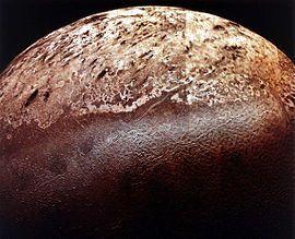 L'emisfero sud di Tritone, foto ottenuta combinando una dozzina di immagini del pianeta ottenute dalla Voyager 2