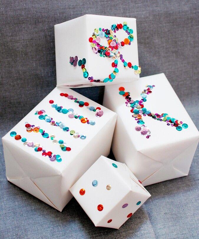 Papel liso con confetti o lentejuelas