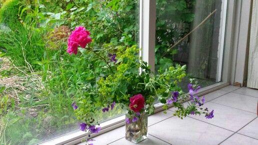 Een boeket met geranium renardi, david austin rozen en .....