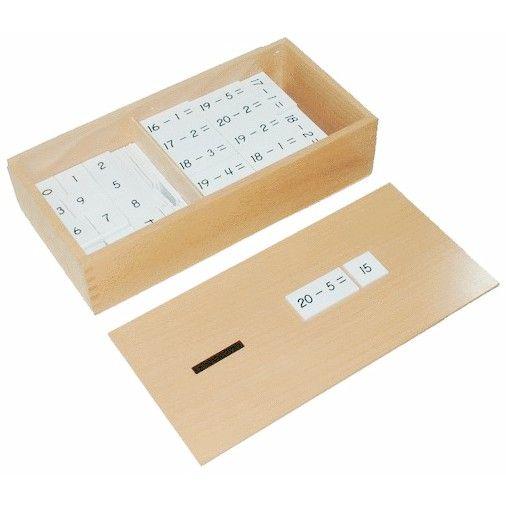 Caja de madera con ejercicios para restar y resultados de los mismos. Incluye 2 compartimentos con restas en uno y resultados en otro por lo que permite a los niños realizar restascon todas las combinaciones de 1 a 10. De esta manera, este material de la metodología Montessori es perfecto para enseñar a los niños los números. Este juego matemático asegura que el proceso de abstracción matemática se basa en una actividad del niño con un material que puede manipular y tocar como son las…