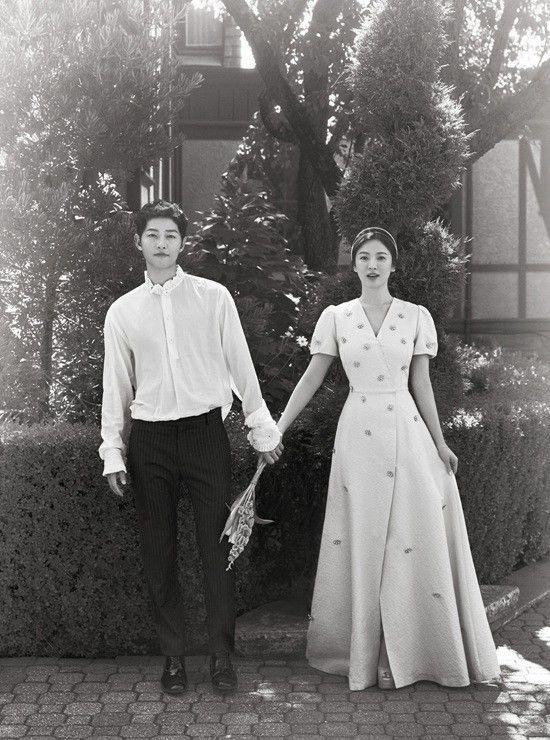Song Joong Ki và Song Hye Kyo lại che dù đen kín mít, rời khỏi lễ đường lúc nửa đêm