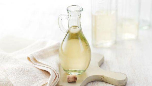 El vinagre sirve para mucho más que condimentar tu ensalada. Es excelente para reemplazar los tóxicos productos de limpieza, ya que desinfecta y desodoriza de manera segura. Además, te ayudará a resolver distintos problemas de las tareas hogareñas diarias. Sus usos también se extienden al cuidado de la salud y la belleza.  1. Destapa tus cañerías Primero, drena toda el agua. Luego echa por el drenaje una taza de bicarbonato de sodio, una de sal de mesa, y otra de vinagre blanco. Deja reposar…