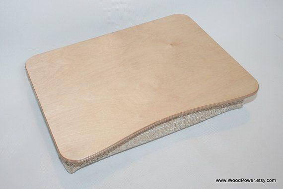 Escritorio de madera ordenador portátil / bandeja de la cama / bandeja de la porción / almohada bandeja / iPad mesa / bandeja de desayuno / Laptop soporte básico  ¿Puedo hacer algo? ¿Donde poner su computadora portátil cuando se utiliza en casa? Supongo que es directamente sobre su regazo o tu almohada favorita, ¿no? Bueno, no es bueno para su salud y tampoco para la salud del ordenador portátil.  Aquí está la solución del problema - bandeja de madera de la almoh...
