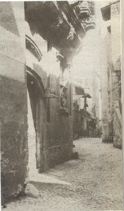 : Via del Ricovero (non più esistente) e casa dei Crescenzi ora su Via Petroselli Anno: 1889