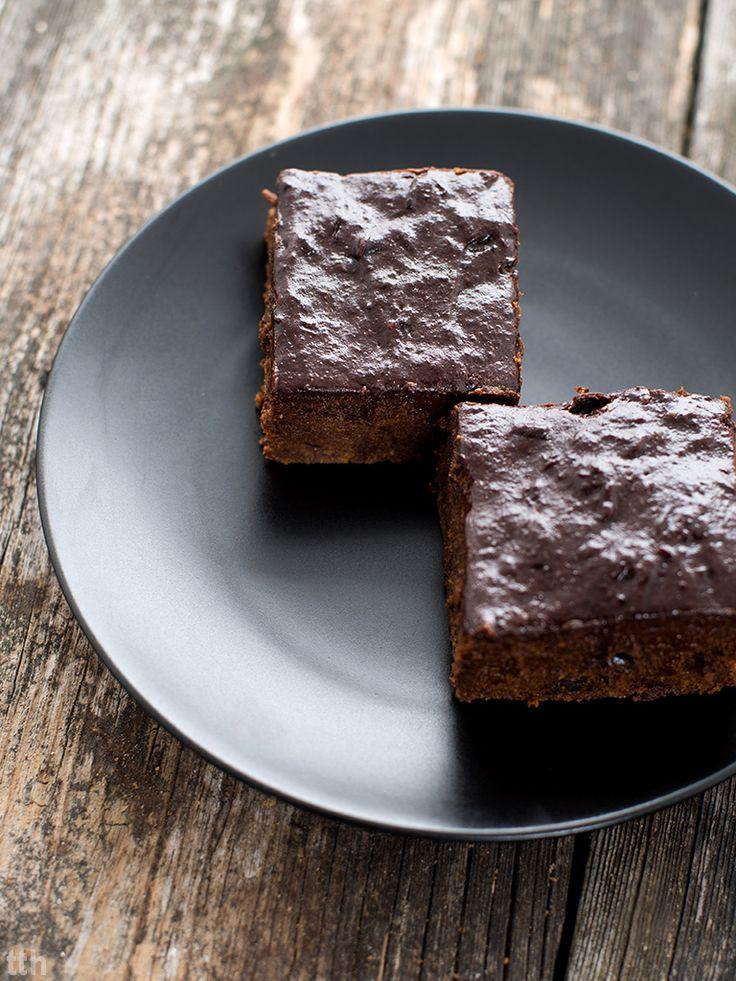 Korzenne brownie śliwka w czekoladzie. Idealne na zimny i szary okres, kiedy nieustannie ciągnie nas do czekolady i wszystkiego, co ciężkie i kaloryczne. Na szczęście, to brownie jest wegańskie, bezglutenowe, nie posiada rafinowanego cukru
