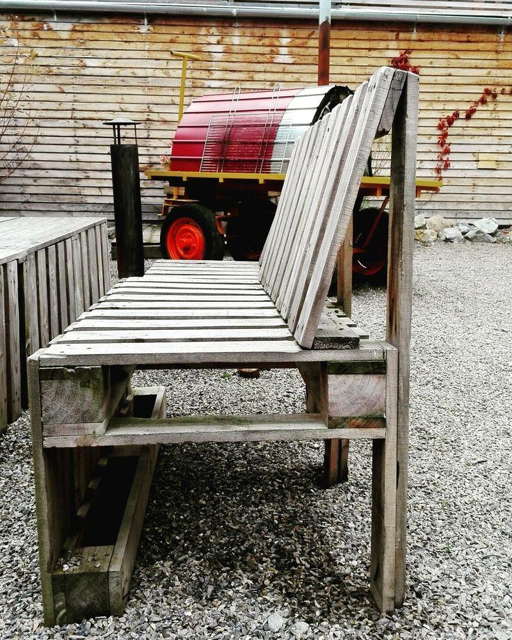 Pallet wood garden bench.