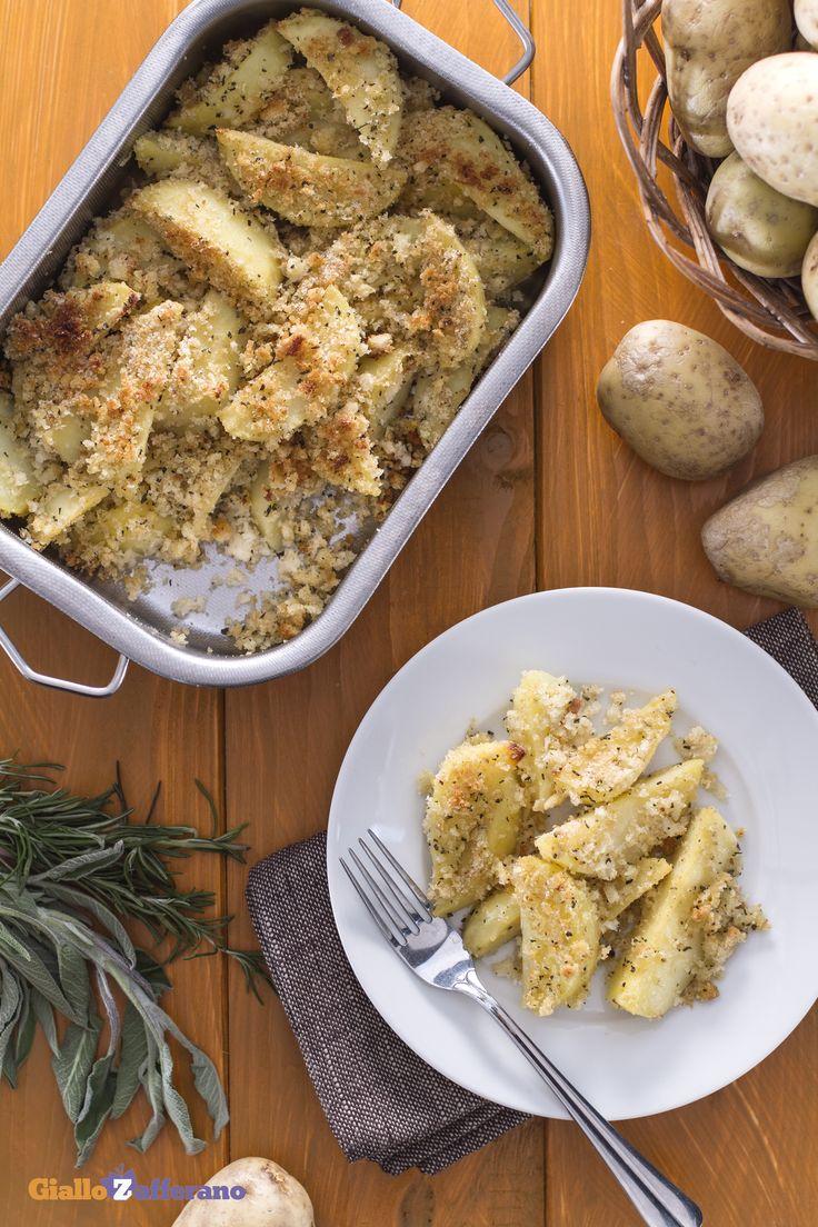 """La #ricetta è semplicissima: gustosi spicchi di #patate avvolti da una panatura """"sabbiosa"""" (crispy baked #potato wedges), insaporita con un trito di erbe aromatiche e un filo di olio di oliva. #Giallozafferano #ricetta #italianfood #recipe #potatoes #sidedish"""