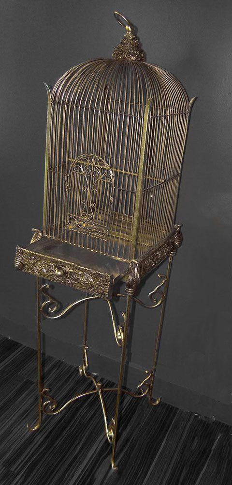La jaula de pájaros decorativos de oro con el soporte Conservatorio