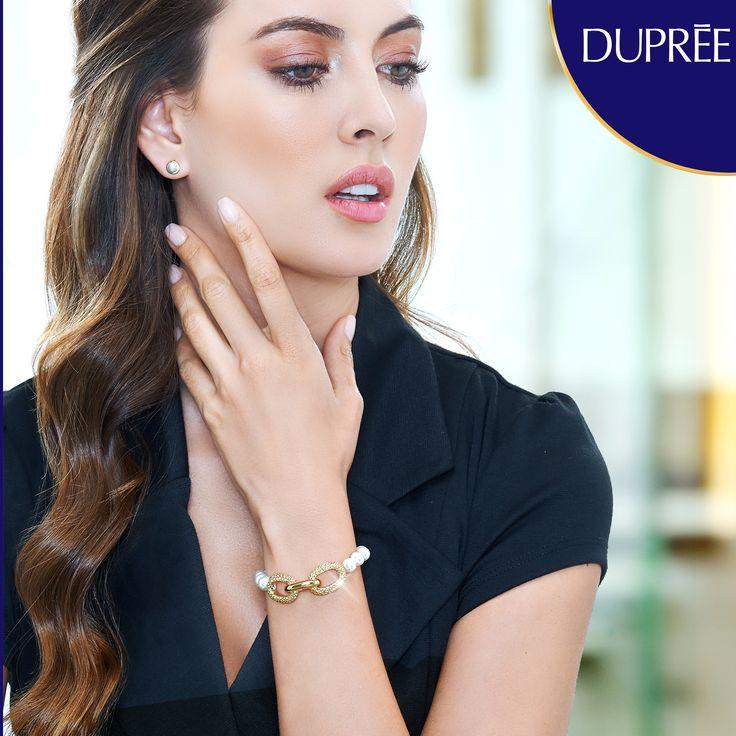 Pulseras doradas con perlas. Mujer elegante. Dupree