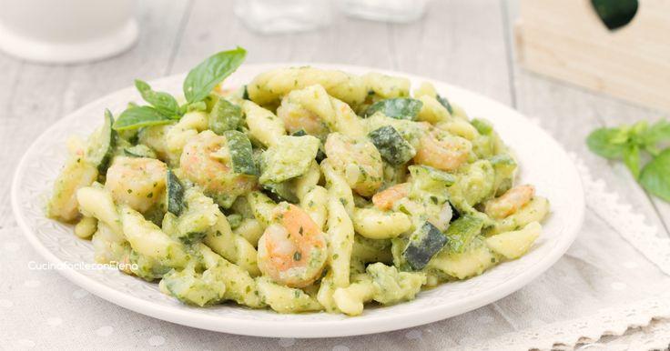 La pasta con pesto gamberetti e zucchine è un primo favoloso, saporito e pronto in pochissimi minuti, è ottima anche fredda!