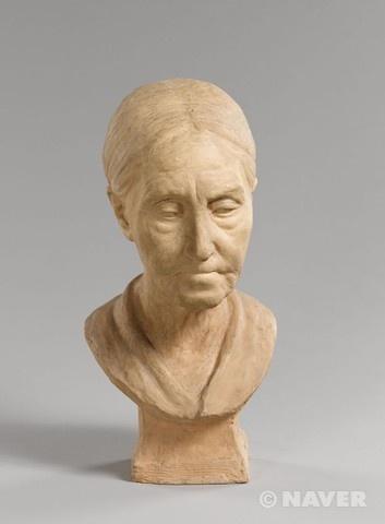 """알퐁스 마르셀 자크, """"노파의 흉상"""", 19세기경, 구운 진흙색의 고풍기법, 귀스타브 모로 미술관.    얼굴과 목의 주름이 잘 표현되어 있다. 표정이 가볍지 않아 보인다."""