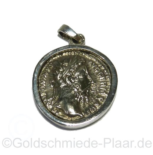 Eine alte antike Münze wird zum Anhänger, der an einer Kette getragen werden kann. Wie mir der Kunde sagte handelt es sich um eine Dinar-Münze aus der römischen Antike. Jetzt schmückt sie einen Hals.