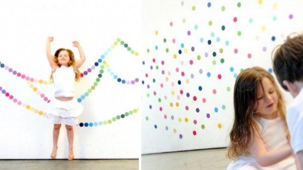 El vinilo infantil Fun Fetti de la firma norteamericanaPop &Lolli es divertido y muy alegre, ideal para alegrar la habitaciónde los niños!Está compuesto por puntos de colores que pueden colocarse en la pared a tu gusto para crear un espacio colorido y creativo. Cada círculo mide 5