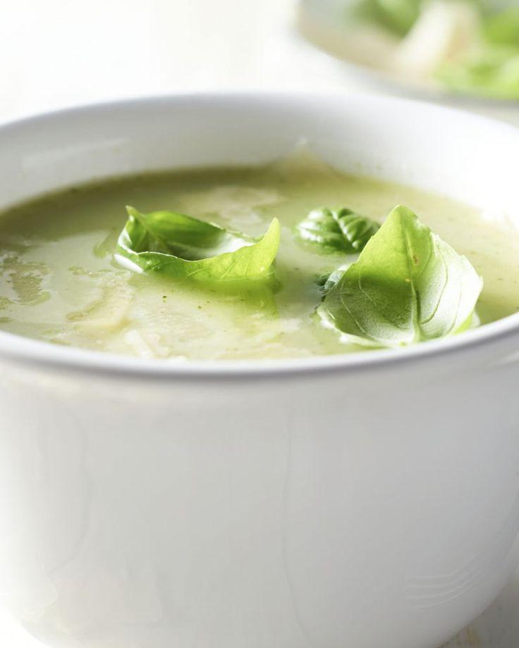Dat een soepje ook perfect kan in de zomer, bewijst deze heerlijke frisse courgettesoep. Werk af met parmezaanschilfers en basilicum.