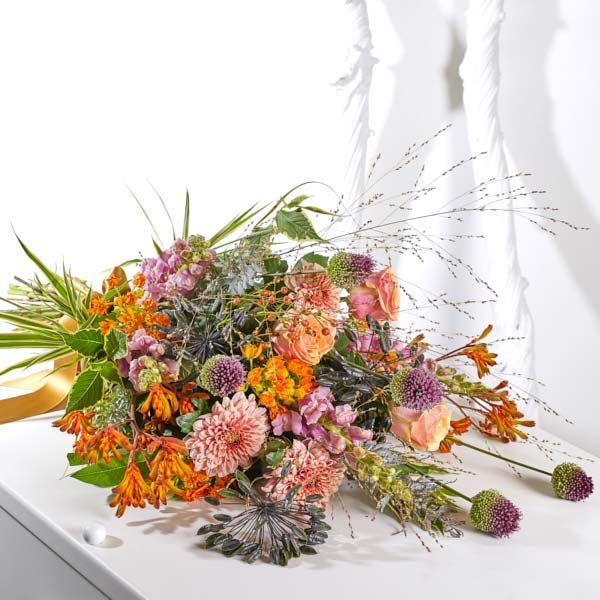 Rouwboeket Seizoen Herfst. Rouwboeketten om te geven. Hiervoor gebruiken wij grote, bijzondere bloemen, altijd uit het seizoen. Gemaakt door Afscheid met Bloemen.