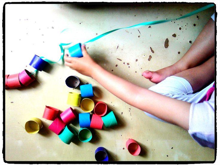 fabriquer un gros collier avec des rouleaux de papier WC, bricolage enfant, manipulation