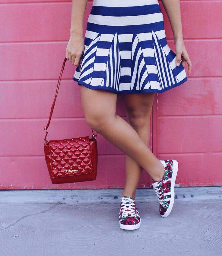 Look of the day: A blogger @amandacoutinhor acertou em cheio com seu look que combinou tênis com print floral + bolsa vermelha em matelassê. ❤️ | Look of the day:  @amandacoutinhor blogger  wearing sneakers with roses print + red bag of matelassé