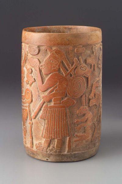 Цилиндрическая ваза майя, поздний классический период 700-850 гг. н.э., происхождение — Гватемала или Белиз, фаянс с резьбой. Вырезанные образы изображают