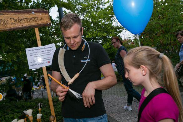 Florian Hintz von der Bürstenmacherei Hinz aus Marburg zeigt, wie man seinen eigenen Staubpinsel bi