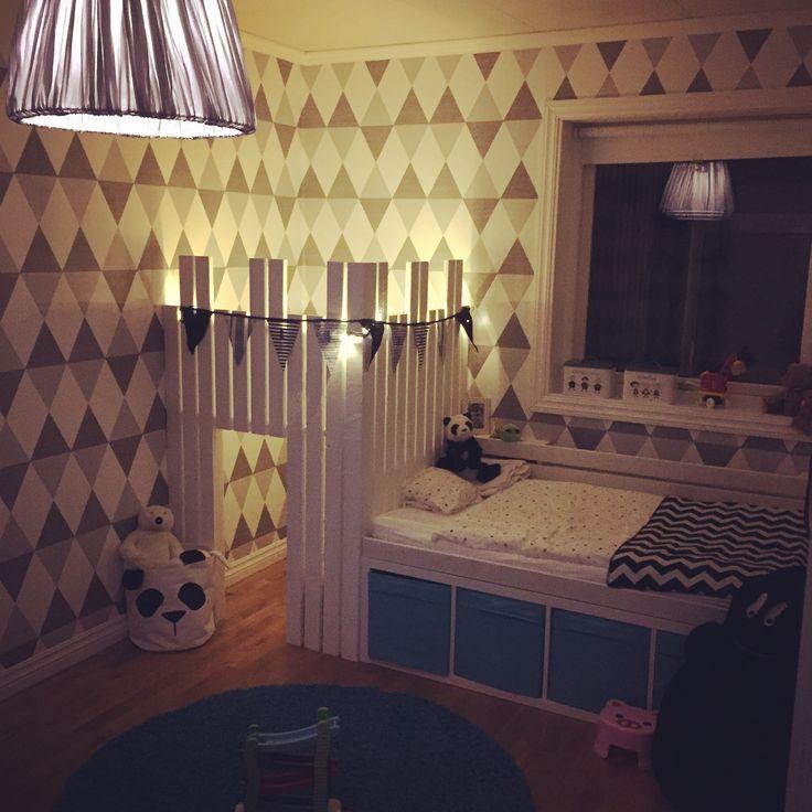 Linus pojkrum med liten borg/ myshörna och mysig säng med förvaring #kidsroom #kidsinterior #boysroom #kidsbed
