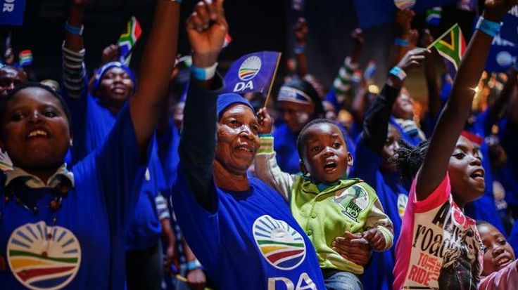 Supporters of South Africa's largest opposition party Democratic Alliance (DA) sing and dance during a final campaign rally in Johannesburg on May 3, 2014 ahead of the May 7 polls. AFP PHOTO / GIANLUIGI GUERCIA