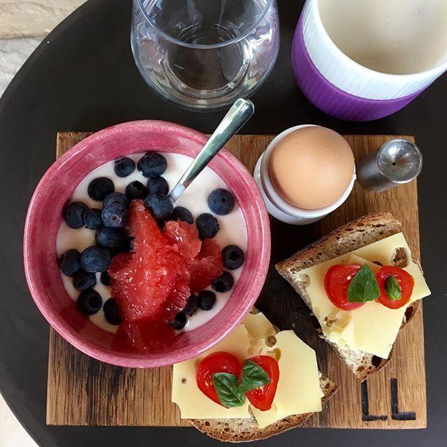 Healthy breakfast on barrique 😃 . Happy Wednesday! #healthyfood #healthybreakfast #fit #pw #workout #balance #lifeisgood #barrique #barriqueaccessoires #kingscreek #neustadt #pfalz