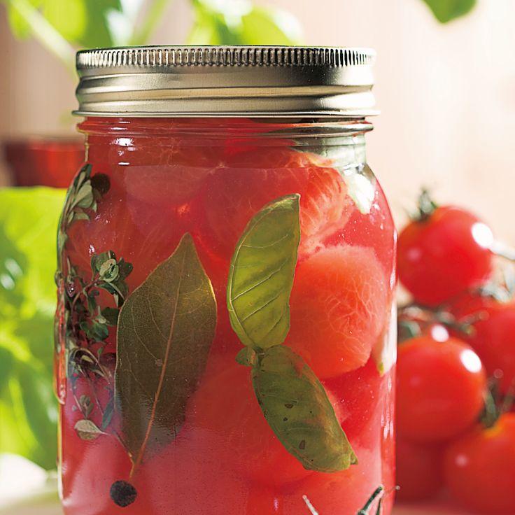 """Plus besoin d'acheter des tomates en conserves, on les fait soi-même dorénavant. Conserver des tomates estextrêmement simple. Pour plus d'information sur les étapes de mise en pot et de stérilisation, visitez la page """"Réussir ses conserves et ses confitures""""."""