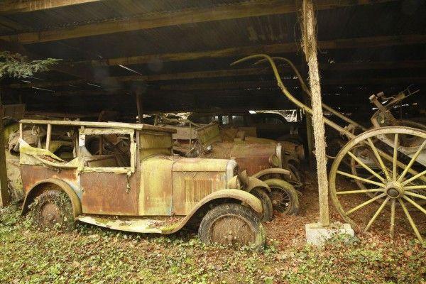 Um celeiro abandonado na França revelou uma coleção com mais de 100 carros clássicos. Os modelos pertenciam ao magnata do transporte francês chamado Roger Baillon, que na década de 1950 começou a colecionar carros