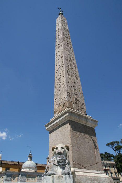 イタリア ローマ ポポロ広場のオベリスクはエジプトの象形文字が刻まれている