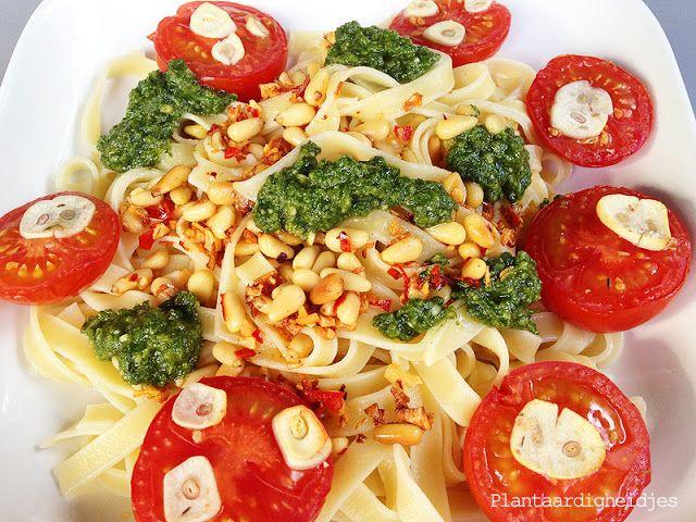 Plantaardigheidjes: Pasta met geroosterde knoflook tomaatjes en pesto
