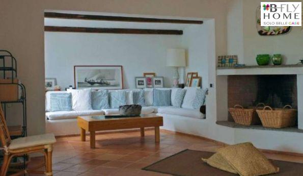 """Proponiamo raffinata villetta di 110mq situata in località """"Dolce Sposa"""", Olbia. L'esclusivo condominio è situato all'interno dell'insenatura di Porto Cervo con vista sulla marina e con incantevole spiaggetta a pochi metri da casa. In vendita a €800.000."""