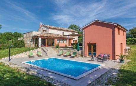 Sv.Petar u Sumi  Dit mooie vakantiehuis met zwembad ligt iets buiten de kleine Istrische stad Pamici. Het is omgeven door de natuur en u kunt er luisteren naar het zingen van de vogels rust vinden na de alledaagse beslommerlingen. Bij de renovatie is de Istrische bouwstijl gehandhaafd. Op het terrein zijn er twee tegengestelde huizen zijn met gemeenschappelijke binnenplaats die een eenheid vormen. Op de begane grond van het huis is een grote woonkamer keuken met eetkamer en een slaapkamer…