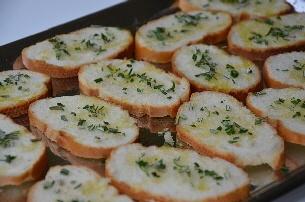 Stokbrood met rozemarijn en knoflook drogen