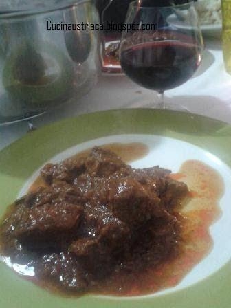 Eccomi con una delle ricette più classiche  della cucina austriaca .   Il Gulasch  è un piatto di base e nonostante la lunghissima prepar...