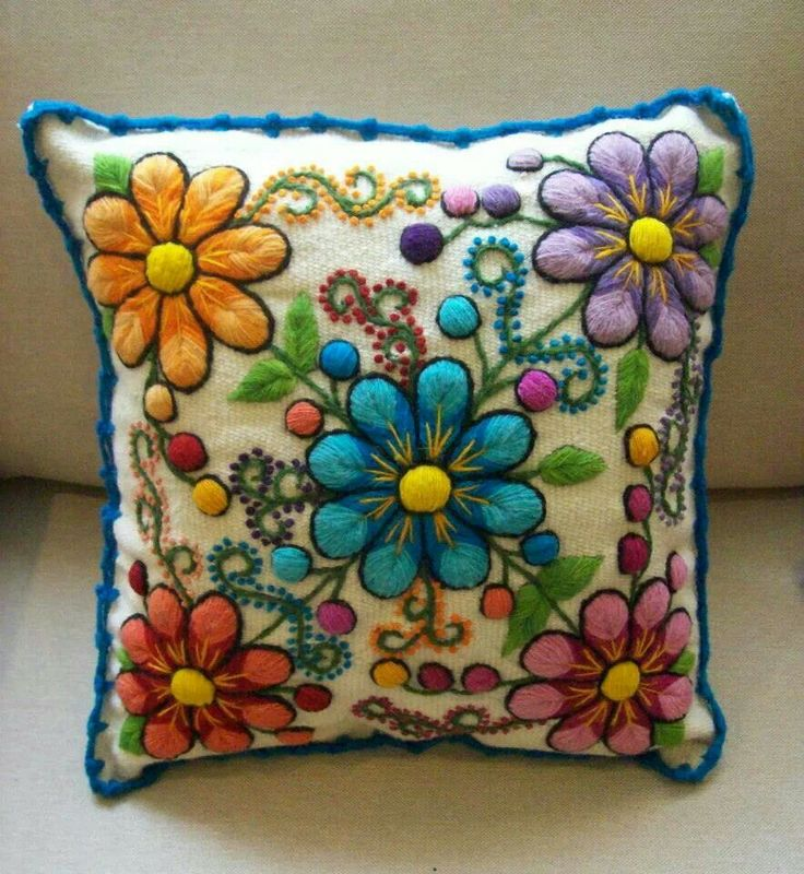 Bordado Arequipeño Wool Applique Patterns, Embroidery Flowers Pattern, Embroidery Motifs, Embroidery Hoop Art, Embroidery Applique, Shabby Chic Embroidery, Mexican Embroidery, Cushion Embroidery, Embroidered Cushions