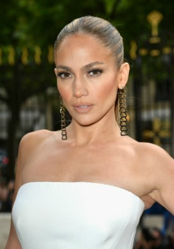 How to find the right lipstick for your skin tone. Follow the lead of Jennifer Lopez, who has gorgeous olive toned skin. Image via Getty.