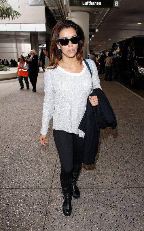 EVA LONGORIA  Con un suéter tejido color blanco, ajustados pantalones negros, botas altas del mismo color, gafas de sol, un abrigo al brazo ...