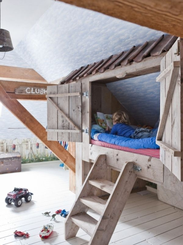 crate | upcycled wood turned bunk bed nook • via Kinderkamer landelijk & store Cool for when your sleeping you can shut the cupboards for privacy.