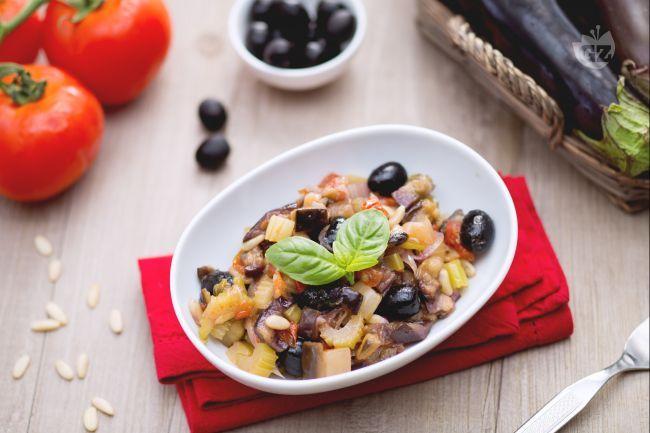 La caponata è uno dei più noti contorni siciliani, composto da verdure fritte e condite con un'irresistibile e profumata salsa agrodolce.