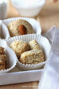 La mia idea era di creare biscotti di diverse forme e aromi con un unico impasto.  Dopo vari tentativi, per  essere sicura delle d...