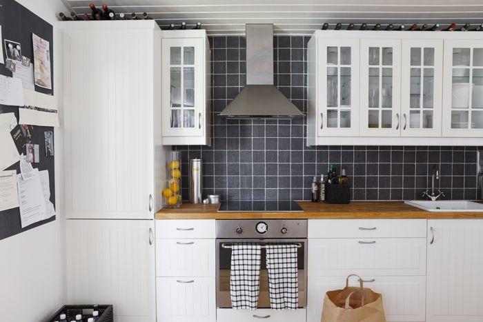 Köksinredning från Ikea med överskåp från serien Lidingö. Vitvaror i rostfritt från samma varuhus.