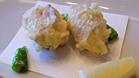 もうひとつ茄子巻きバージョン!最初だけちょい工夫。。残ったリコッタですが 後は野菜中心に飲み物に合わせて揚げようかと。+塩からおろしツユまで。お昼を食べ損ねてド早い夕食、ゆっくり揚げ立てを愉しむ日でございます - 137件のもぐもぐ - リコッタチーズ巻き鰯の天ぷら by HKhuuuka