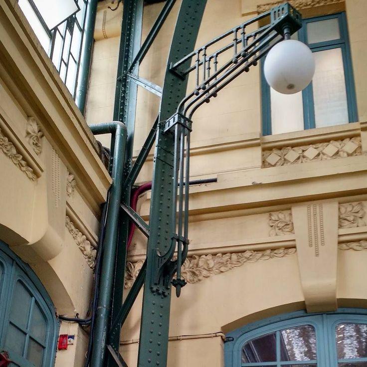 Metallirakentaminen yleistyi euroopassa Jugendin/Art Noveaun yhteydessä. Sitä ennen metallintyöstö oli kallista ja sen käyttö rakennuksissa rajattu niihin osiin jotka oli vain pakko tehdä mahdollisimman kestävästä materiaalista kuten lukot helat kiinnikeraudat jne. Uutta teollista aikaa saatettiin juhlistaa esim. tämäntyyppisillä rehevillä valaisinratkaisuilla. #artnoveau  #artnouveaudotclub #jugendstil #jugendtyyli #rakennusperintö #tunnistatyylikausi