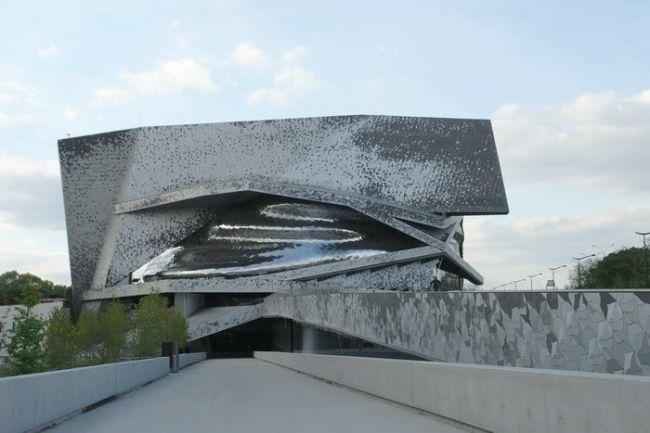 Открывшаяся в январе 2015 Парижская Филармония остается недостроенной, а искажения проекта авторства Жана Нувеля – неисправленными. О причинах этого и текущем положении дел – Наталия Домина из Парижа.