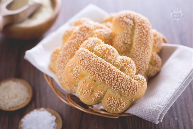 Le mafalde siciliane, sono dei panini tipici siciliani di semola di grano duro a forma di serpentina con semi di sesamo, perfetti da fare in casa!
