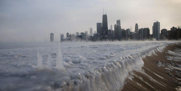 Las bajas temperaturas han afectado a todo Estados Unidos. El hielo se acumula a lo largo del lago Michigan debido a que las temperaturas es...