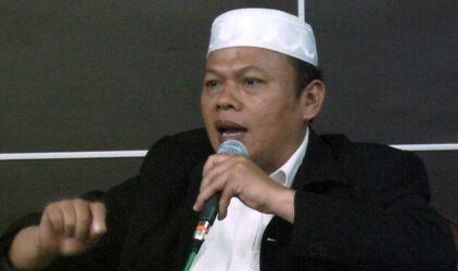 """FUI serukan seluruh Ormas Islam menolak kunjungan Ahok  JAKARTA (Arrahmah.com) - Forum Umat Islam (FUI) menyerukan kepada seluruh Ormas Islam yang tergabung di FUI untuk menolak setiap kunjungan Ahok jika dia hendak mengunjungi Ormas Islam.  """"Kami menyerukan untuk tidak menerima (kunjungan) Ahok demi menjaga ajaran Islam menjaga Al Quran  dan marwah para ulama yang telah dihinakan oleh Ahok"""" tegas KH. Muhammad Al Khaththath Sekjen FUI kapada sejumlah media Islam di Jakarta Selasa…"""