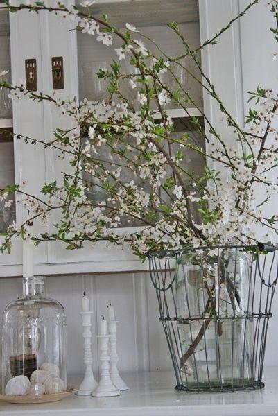 stylingtip: neem een draadmand, zet daarin een vaas met mooie voorjaars- of paastakken http://www.bynoth.nl/a-35797171/outlet/zinken-draadmand-24-cm/