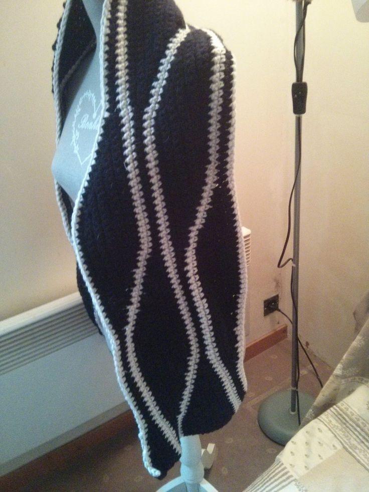 Bonjour Voila une écharpe réaliser en laine myboshi au crochet Une longueur de 1m60 et largeur 30 cm Avec un bonnet a fleur Je vous souhaite une bonne journée Merci de vos visite
