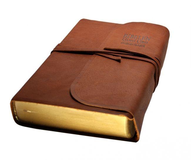 Bibelen – Guds Ord i vakker naturskinn-utgave med snorer til å feste rundt bibelen.